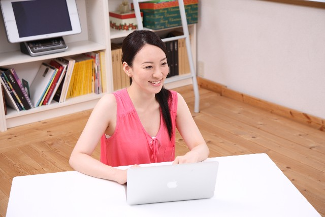 パソコンする女性