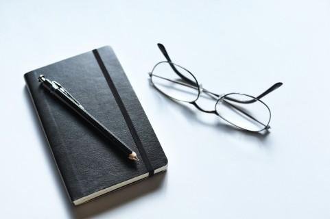 手帳とメガネ