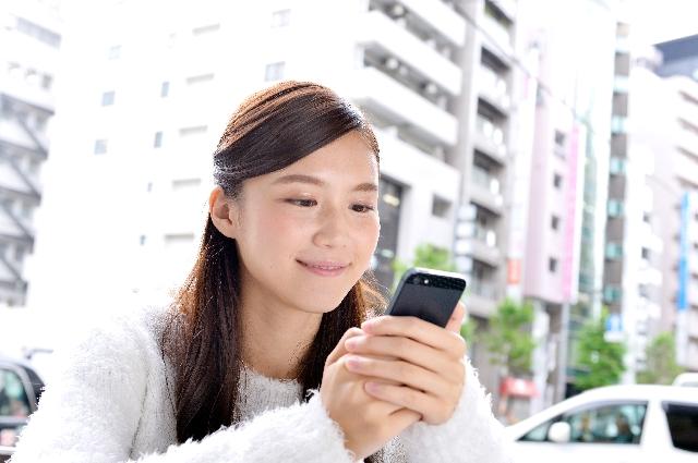 スマートフォンをする女性